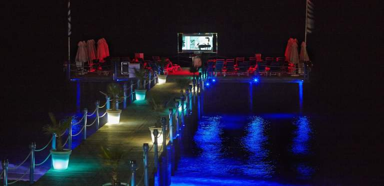 Tonårsklubben The Hangout har Movie Night på bryggan vid TUI Family Life Pascha Bay i Turkiet